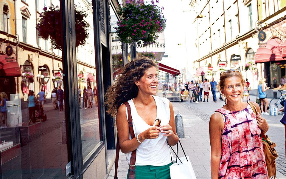women_shopping_in_biblioteksstan_1_photo_nicho_sodling_high-res