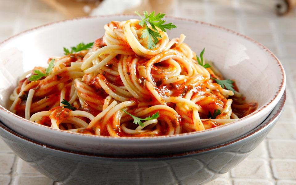 65130520_00528_grigora_skordo-makarounes-me-freskia-tomata
