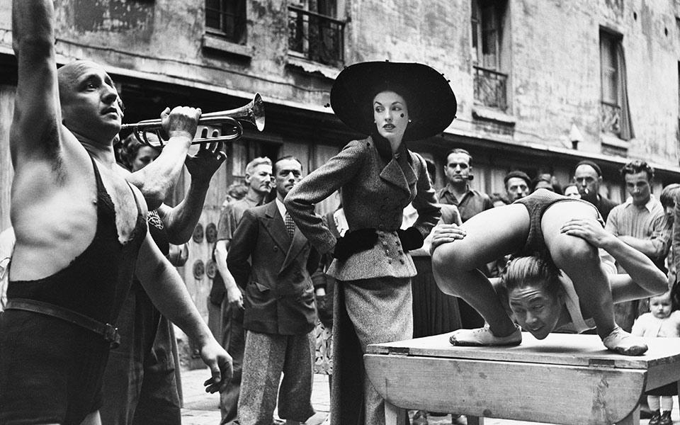 elise_daniels_with_street_performers_suit_by_balenciaga_le_marais_paris_1948_photograph_by_richard_avedon__the_richard_avedon_foundation