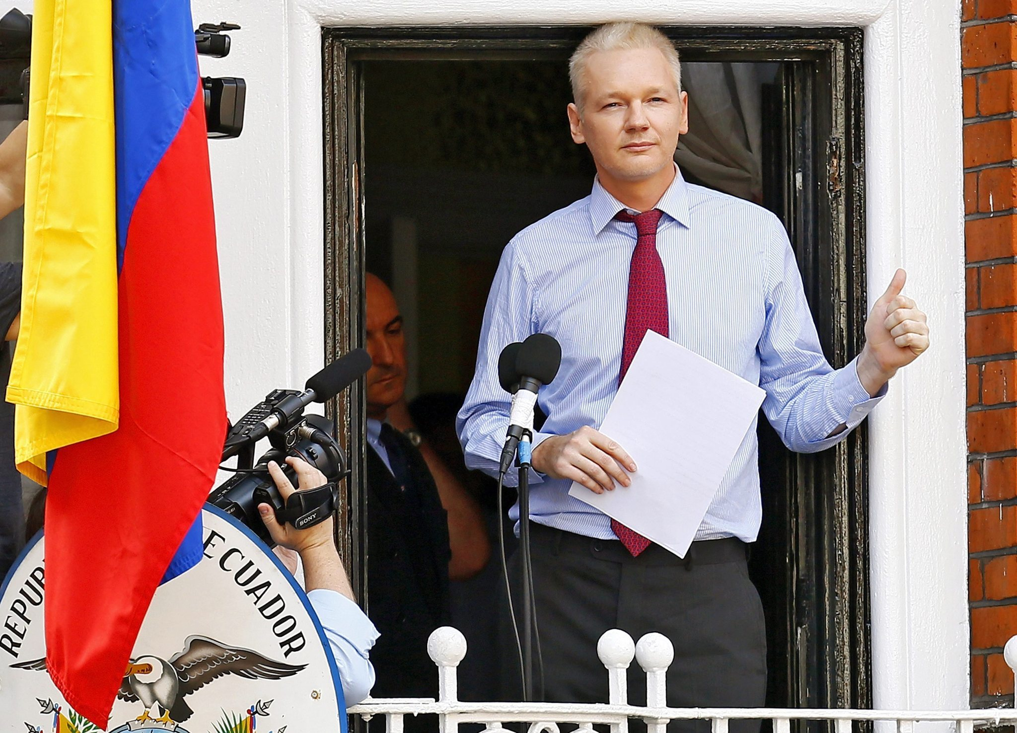 chi-sweden-julian-assange-embassy-20150313