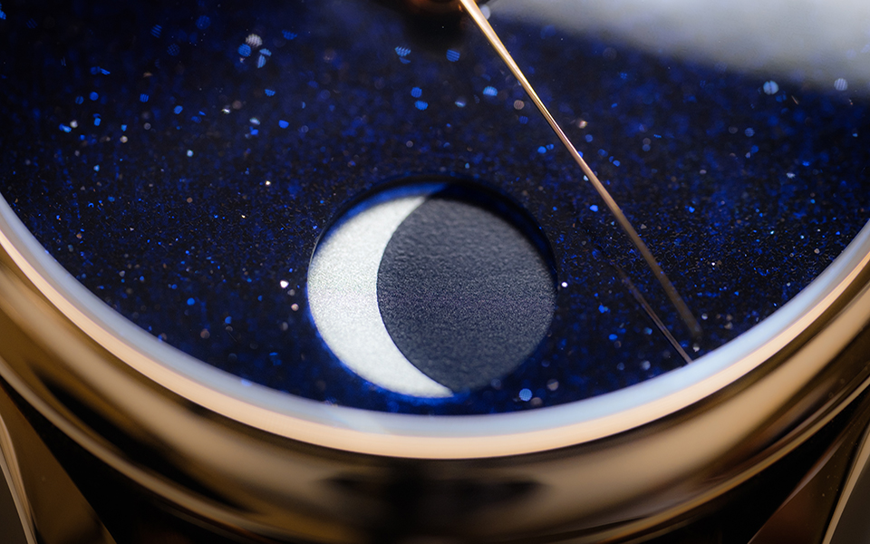 h-moser--cie-endeavour-perpetual-moon-concept-aventurine_1801-0402_lifestyle3