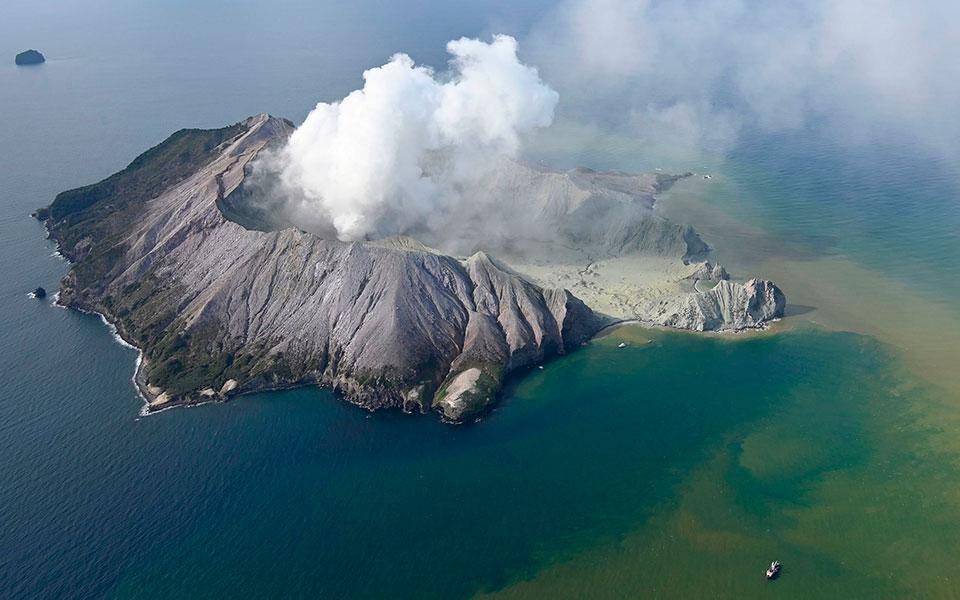 new_zealand_volcano_erupts_73697jpg-fe952nenenen