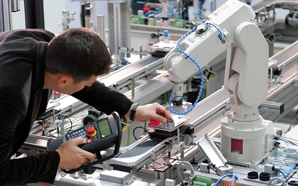 robot-shutterstock_1550554142