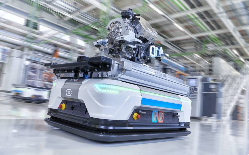 audi-smart-plant_self-driving-robots-1