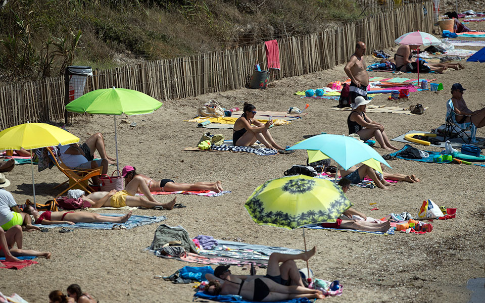 france_topless_sunbathing_34560