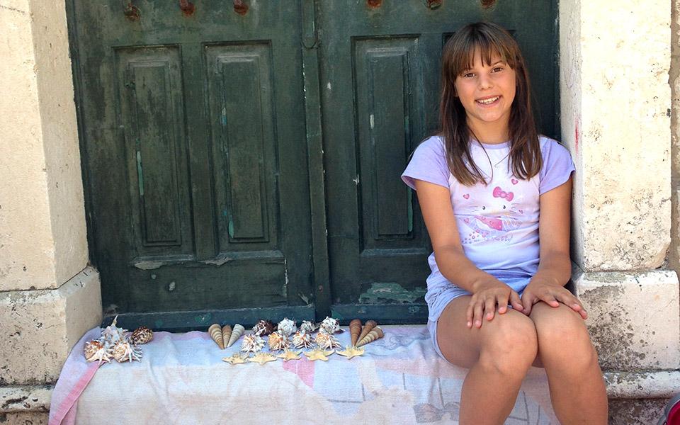 girl-selling-shells-in-vela-luca-mastrogiannh-5