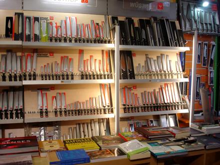 kelly-amp-8217-s-cookbookstore-kai-machairadiko-kai-vivliopoleio0