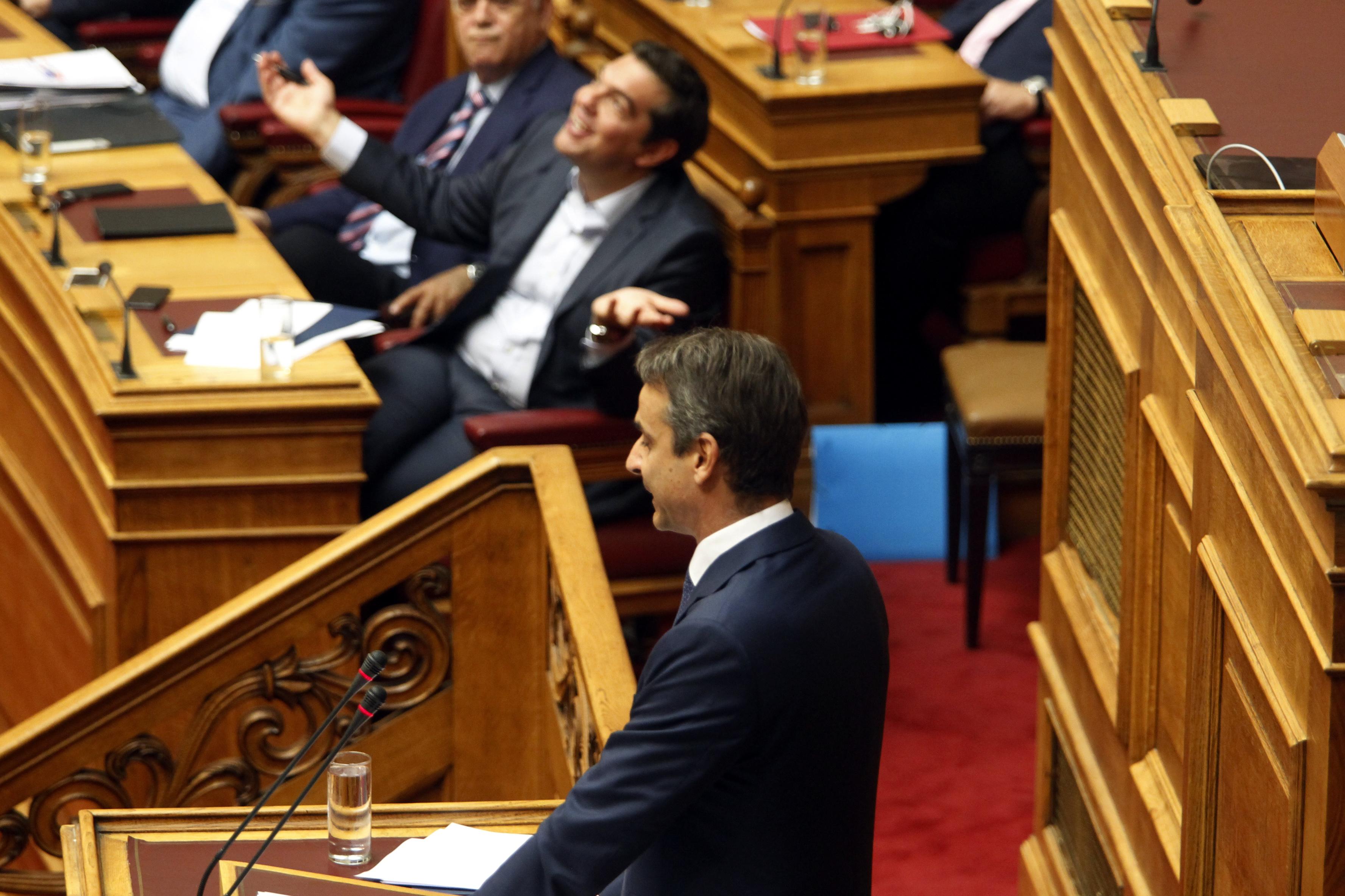 mia-eikona-chilies-lexeis-h-entasi-tis-monomachias-tsipra-amp-8211-mitsotaki-se-fotografies13