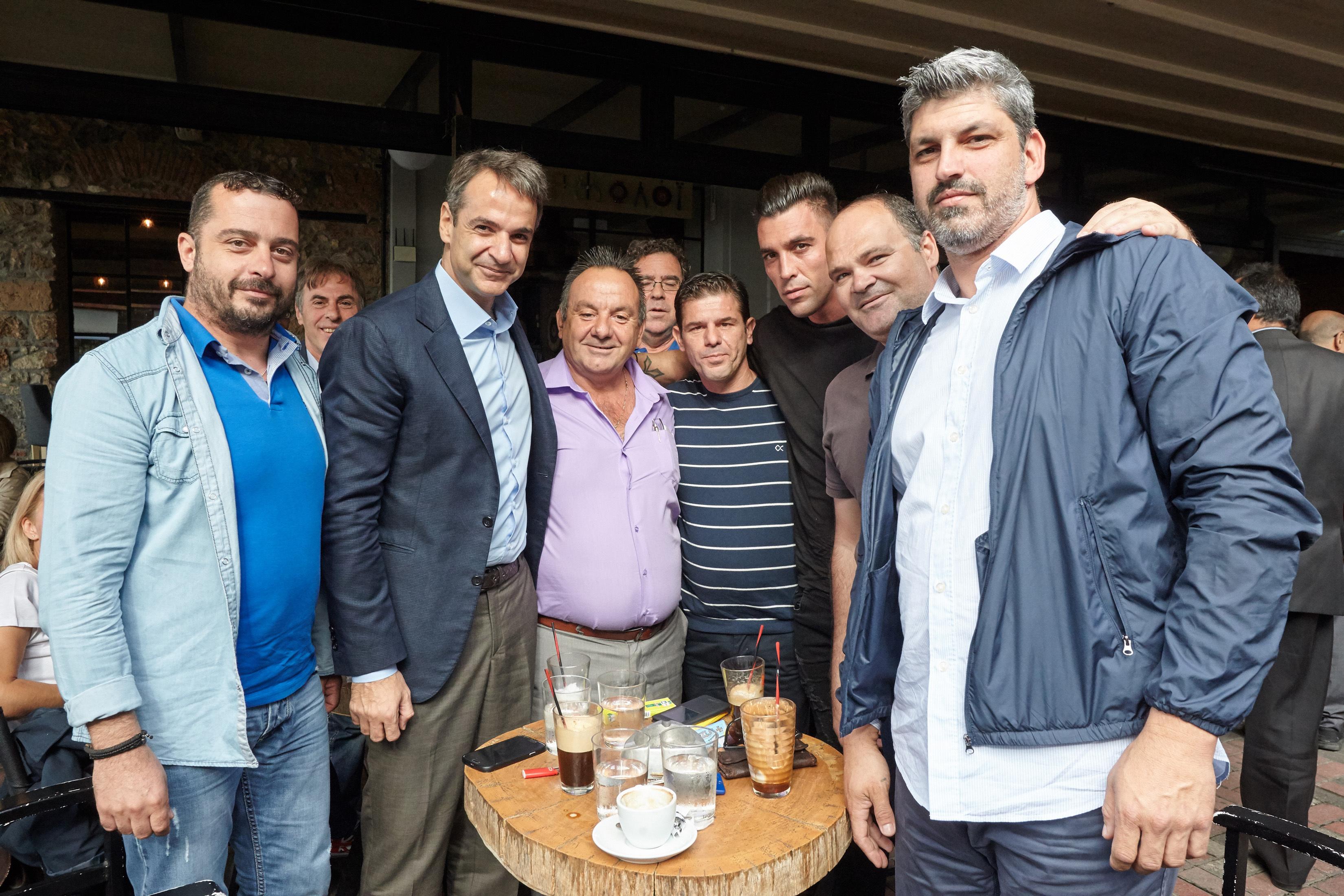 mitsotakis-egklovismenos-sta-adiexoda-toy-o-k-tsipras-photos3