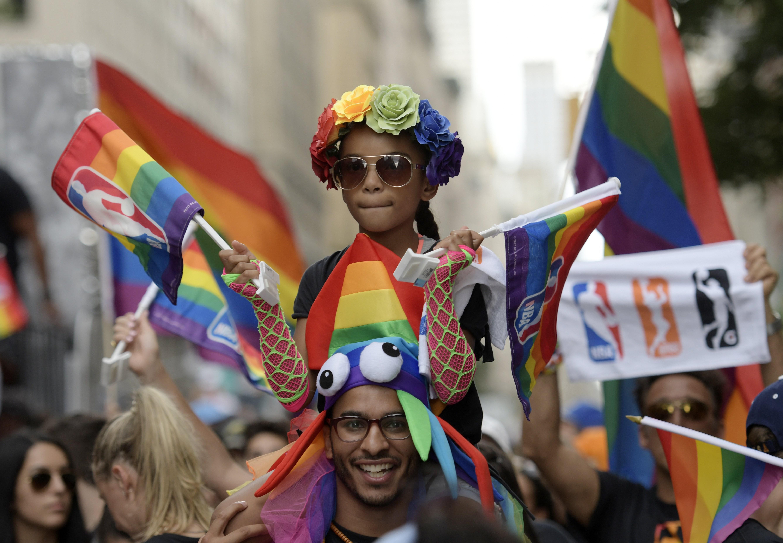 ipa-me-synthimata-kata-toy-tramp-to-gay-pride-sti-nea-yorki3