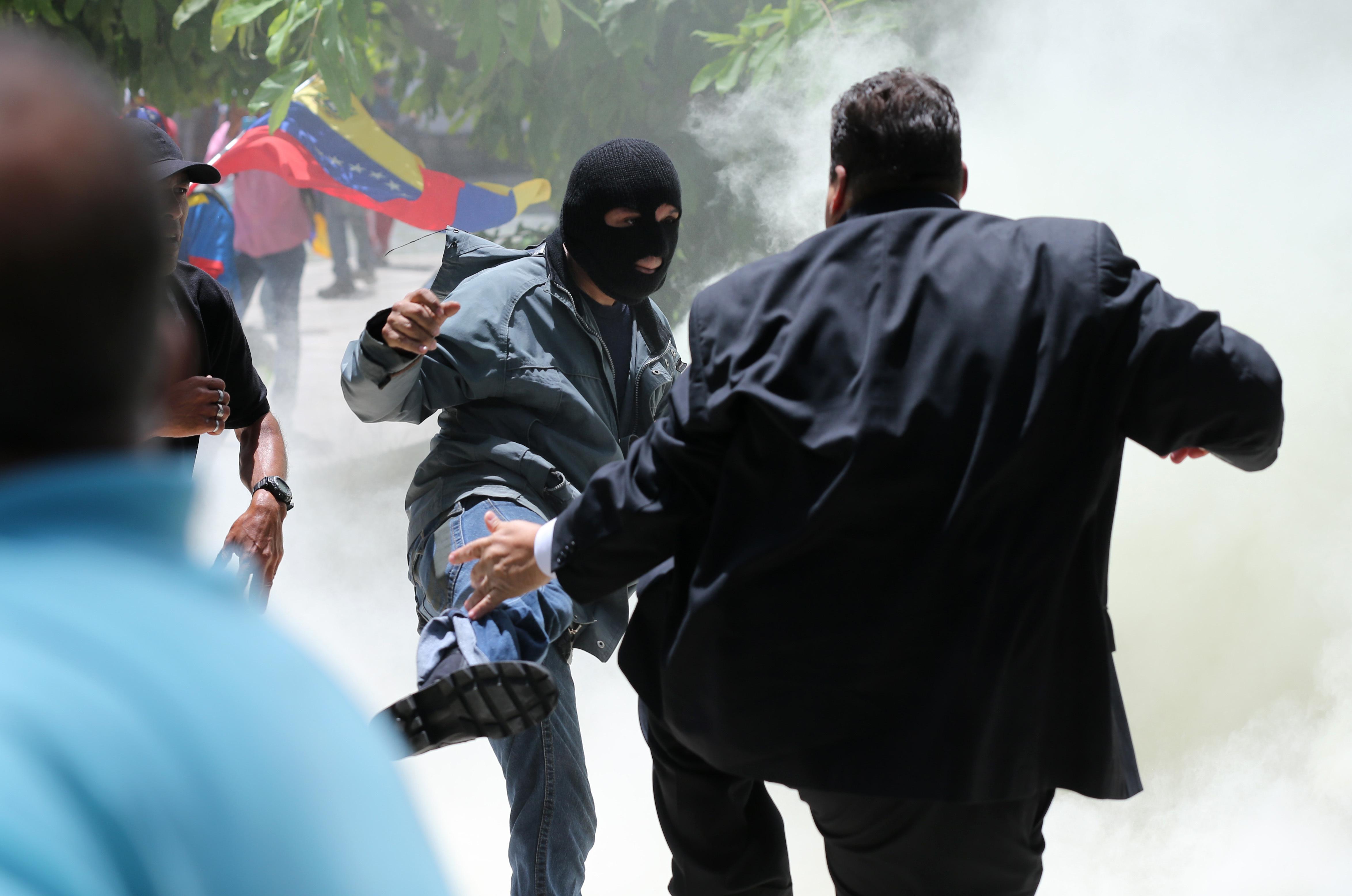venezoyela-traymaties-apo-eisvoli-ypostirikton-toy-madoyro-sto-koinovoylio0