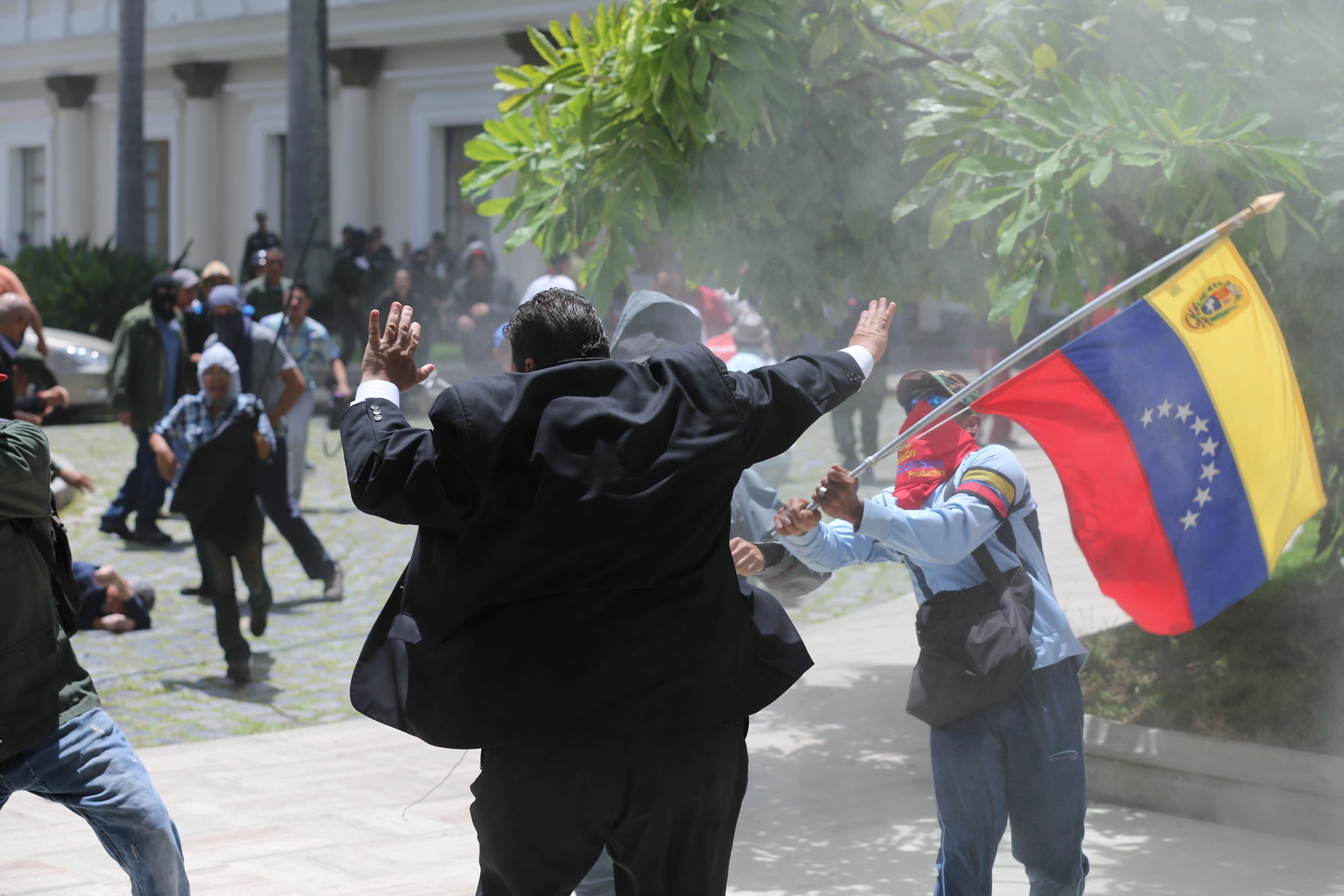 venezoyela-traymaties-apo-eisvoli-ypostirikton-toy-madoyro-sto-koinovoylio2