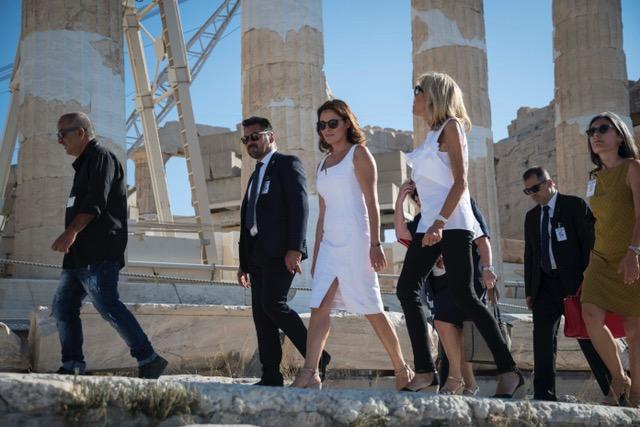 fotografies-apo-tin-xenagisi-tis-mprizit-makron-kai-mpettys-mpaziana-se-akropoli-kai-idryma-st-niarchos6