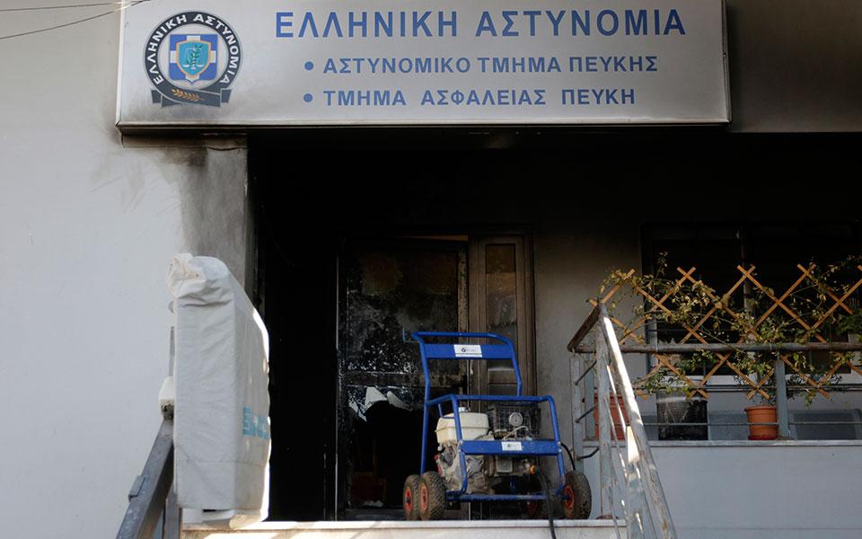 epithesi-me-molotof-sto-astynomiko-tmima-peykis-amp-8211-mitsotakis-kalei-tsipra-sti-voyli1