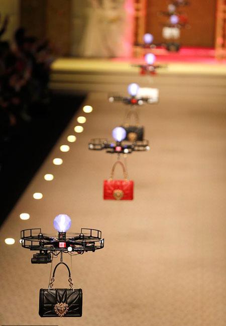 oi-dolce-amp-038-gabbana-katevasan-ta-drones-stin-pasarela0