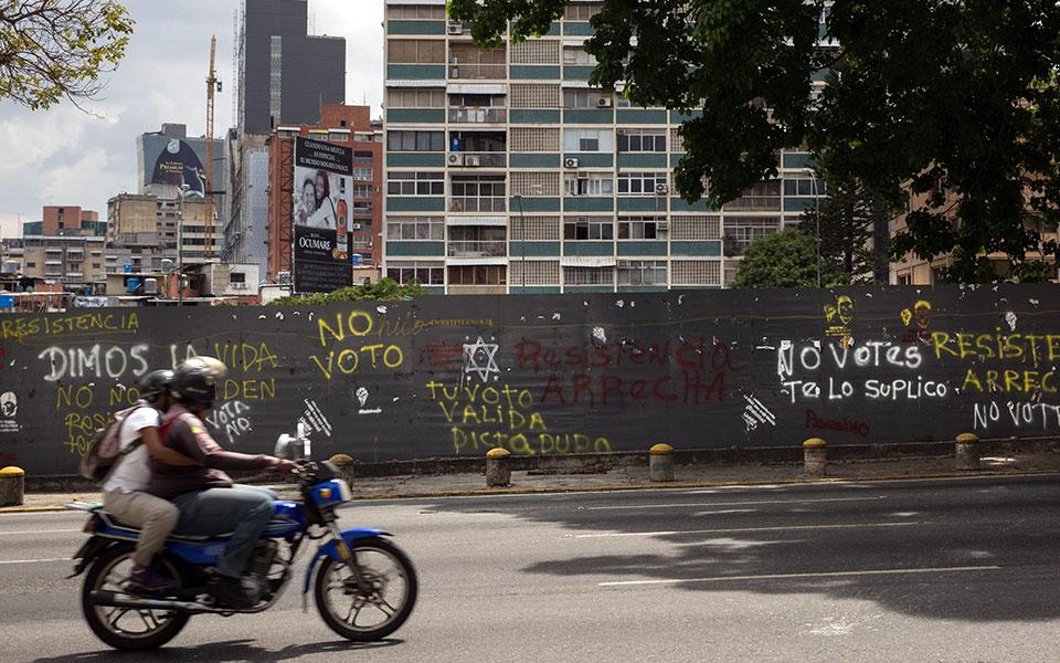 venezoyela-300-000-stratiotes-kai-astynomikoi-epitiroyn-tin-eklogiki-taxi1