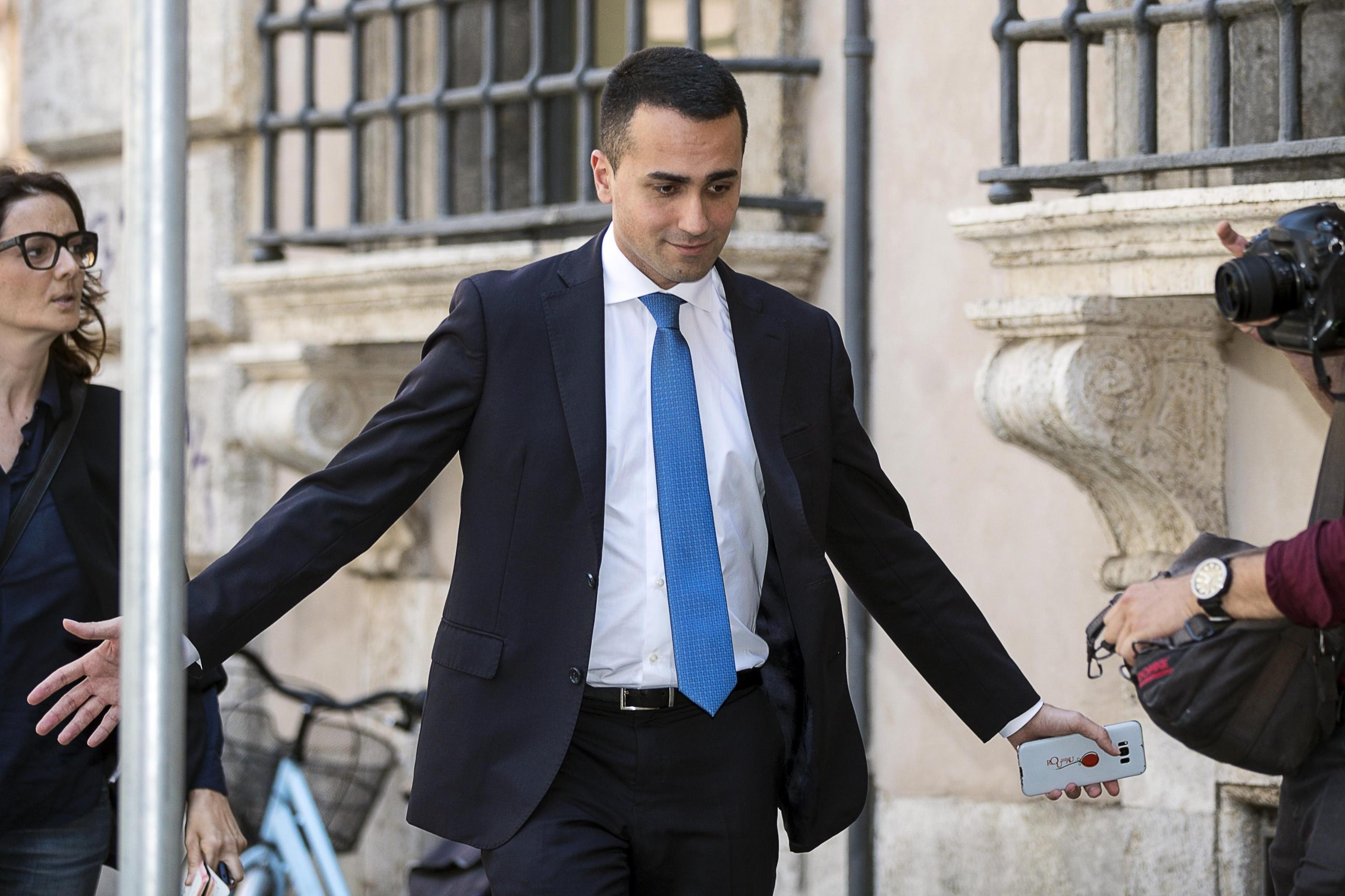 se-politiki-krisi-vythizetai-i-italia-meta-to-veto-matarela7