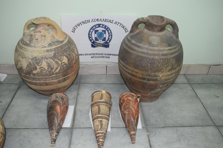 nychtofylakas-ekleve-archaia-antikeimena-axias-apo-to-moyseio-santorinis-fotografies1