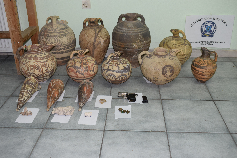 nychtofylakas-ekleve-archaia-antikeimena-axias-apo-to-moyseio-santorinis-fotografies3