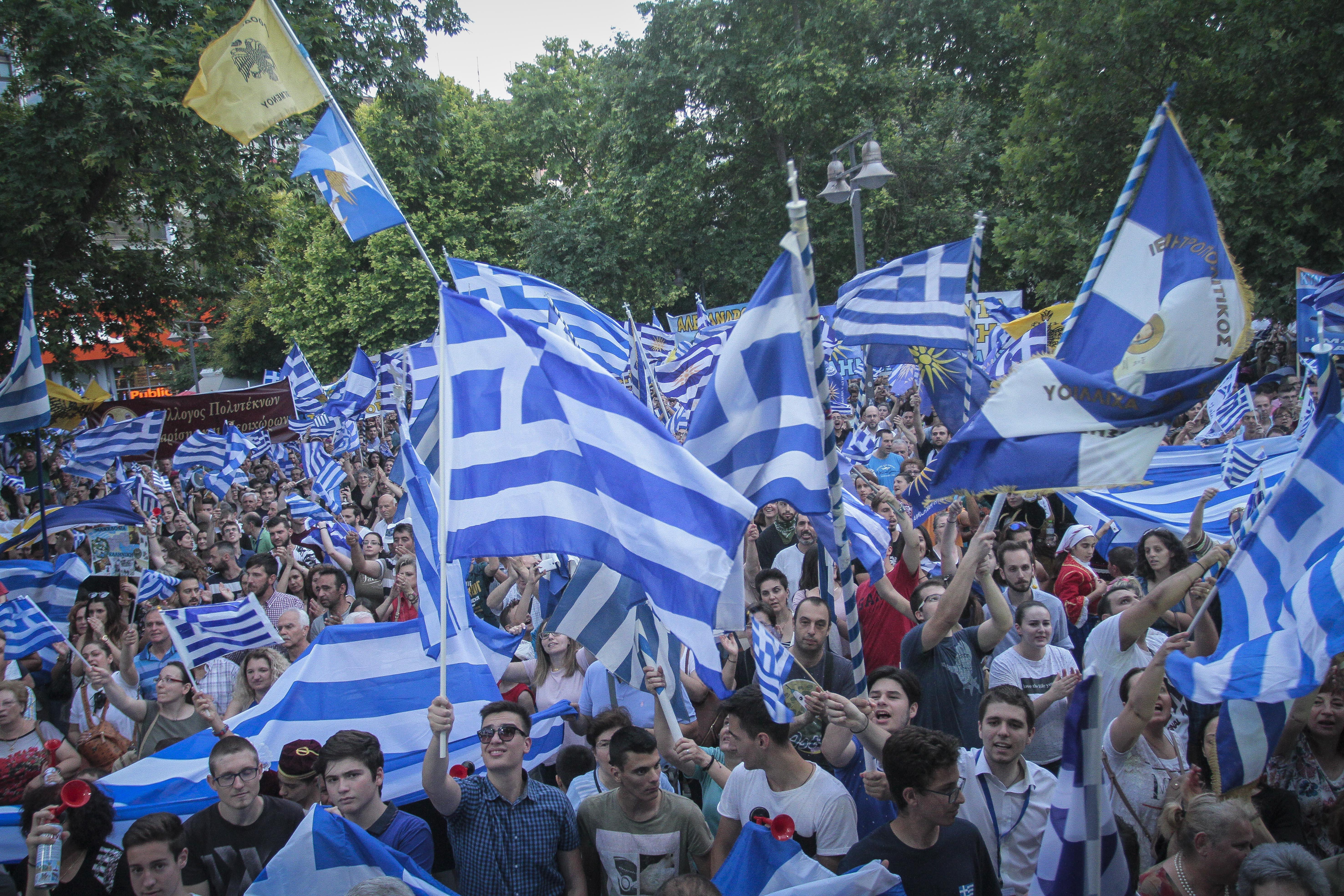 chiliades-diadilosan-gia-ti-makedonia-se-23-poleis-tis-choras-fotografies-amp-8211-vinteo21
