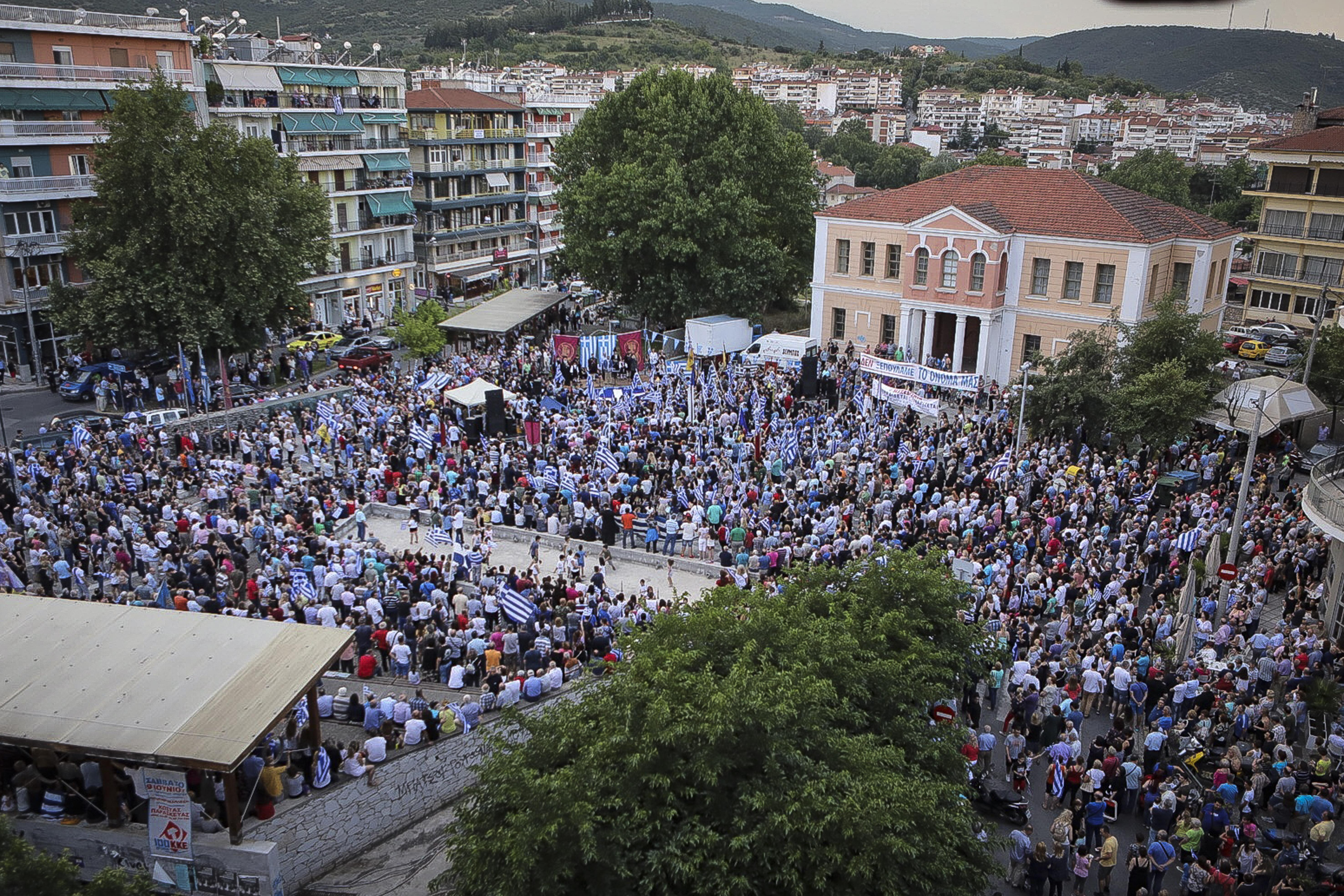 chiliades-diadilosan-gia-ti-makedonia-se-23-poleis-tis-choras-fotografies-amp-8211-vinteo15