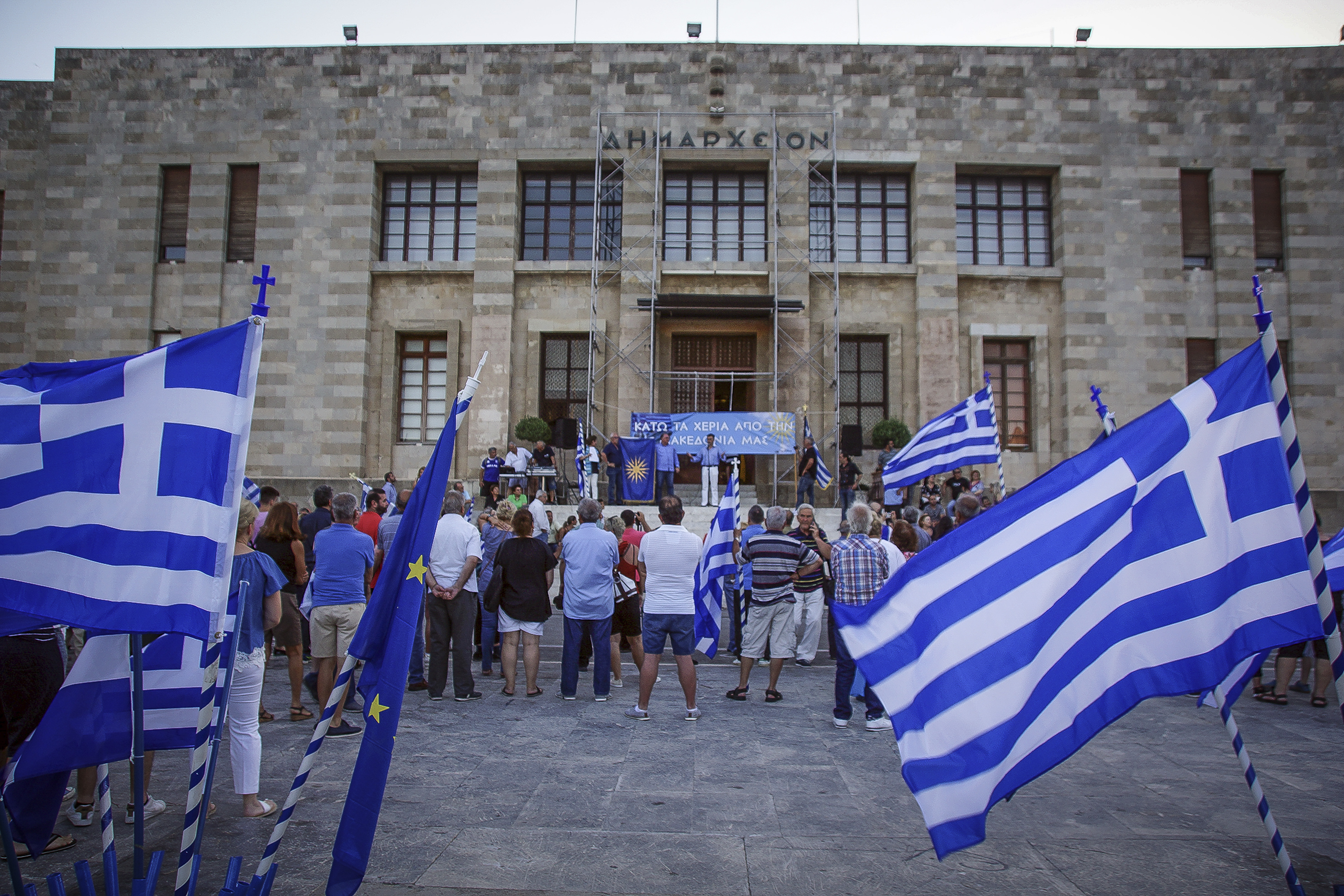 chiliades-diadilosan-gia-ti-makedonia-se-23-poleis-tis-choras-fotografies-amp-8211-vinteo19