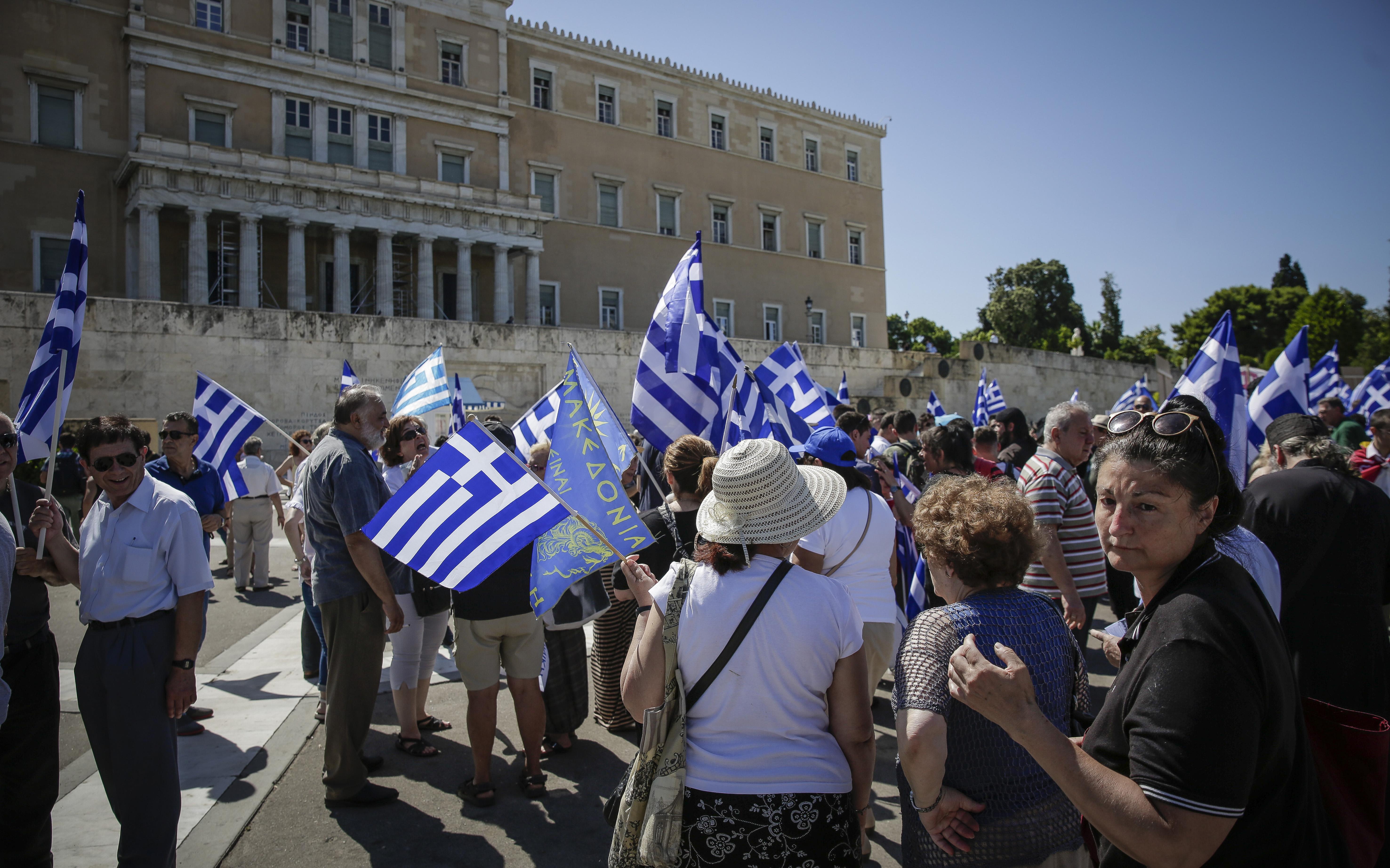 sygkentrosi-sto-syntagma-gia-ti-makedonia-fotografies5