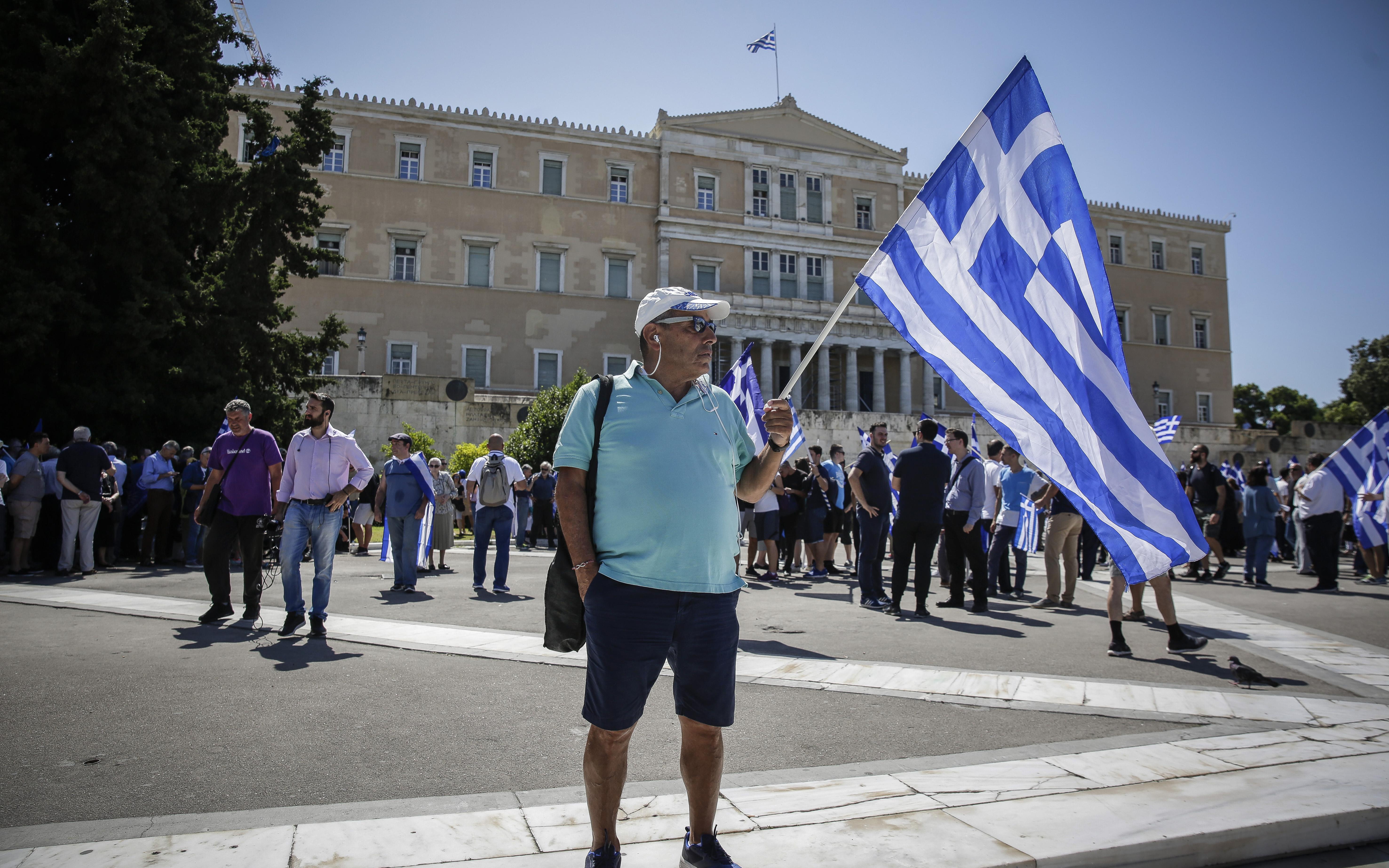sygkentrosi-sto-syntagma-gia-ti-makedonia-fotografies7