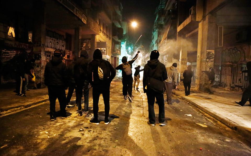 mpiznes-anarchikon-me-prosfyges-sta-exarcheia0