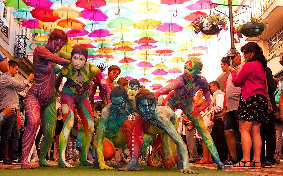 o-gyros-toy-kosmoy-me-ena-festival0