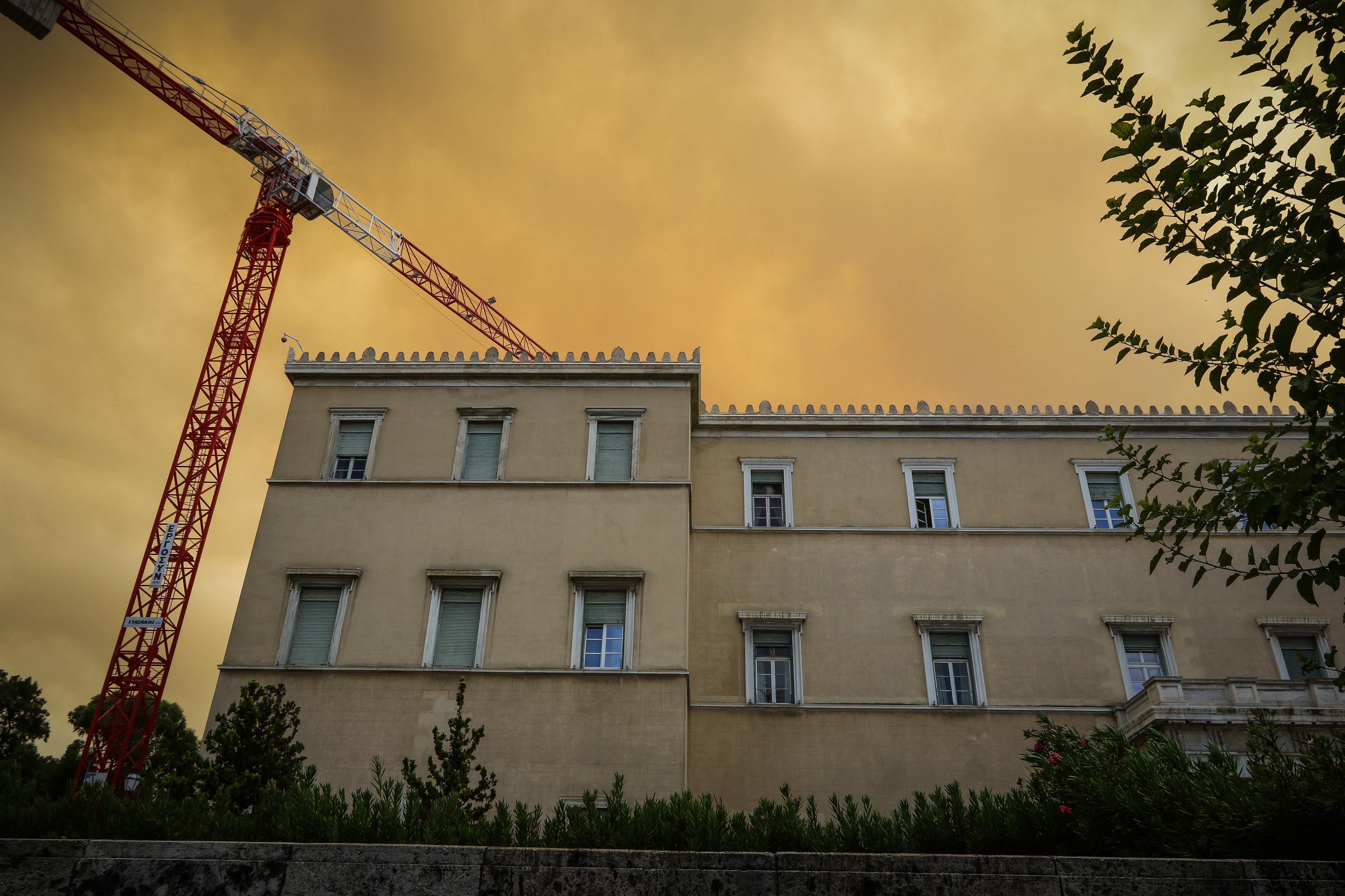 skepase-kai-tin-akropoli-o-pyknos-kapnos-apo-ti-fotia-stin-kineta-fotografies2