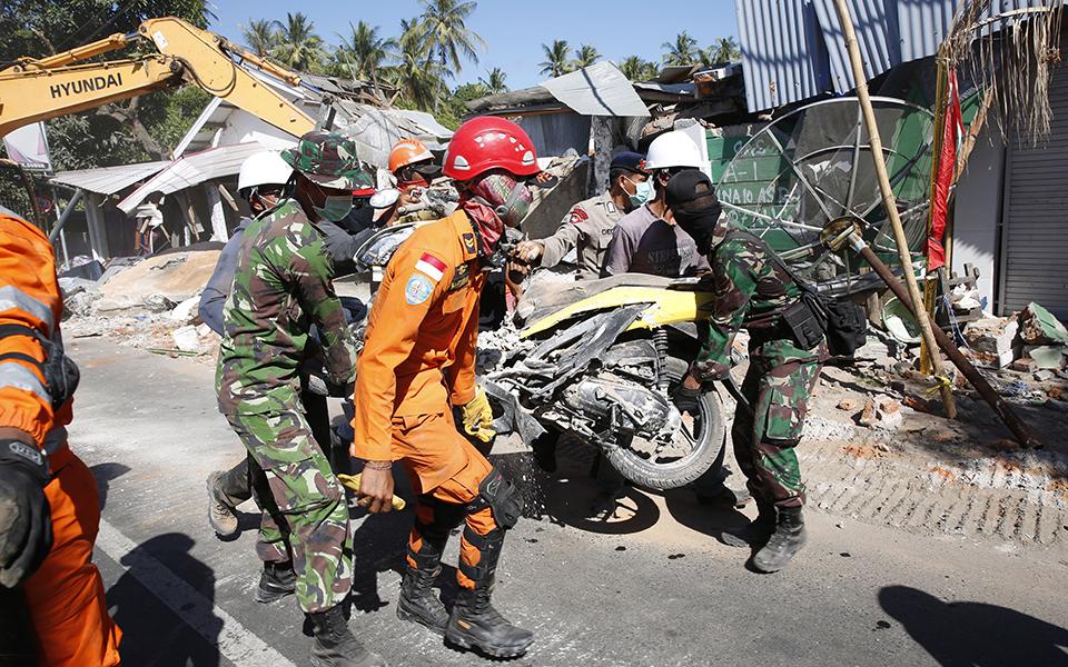 indonisia-131-oi-nekroi-apo-ton-seismo-amp-8211-70-000-oi-astegoi-fotografies3
