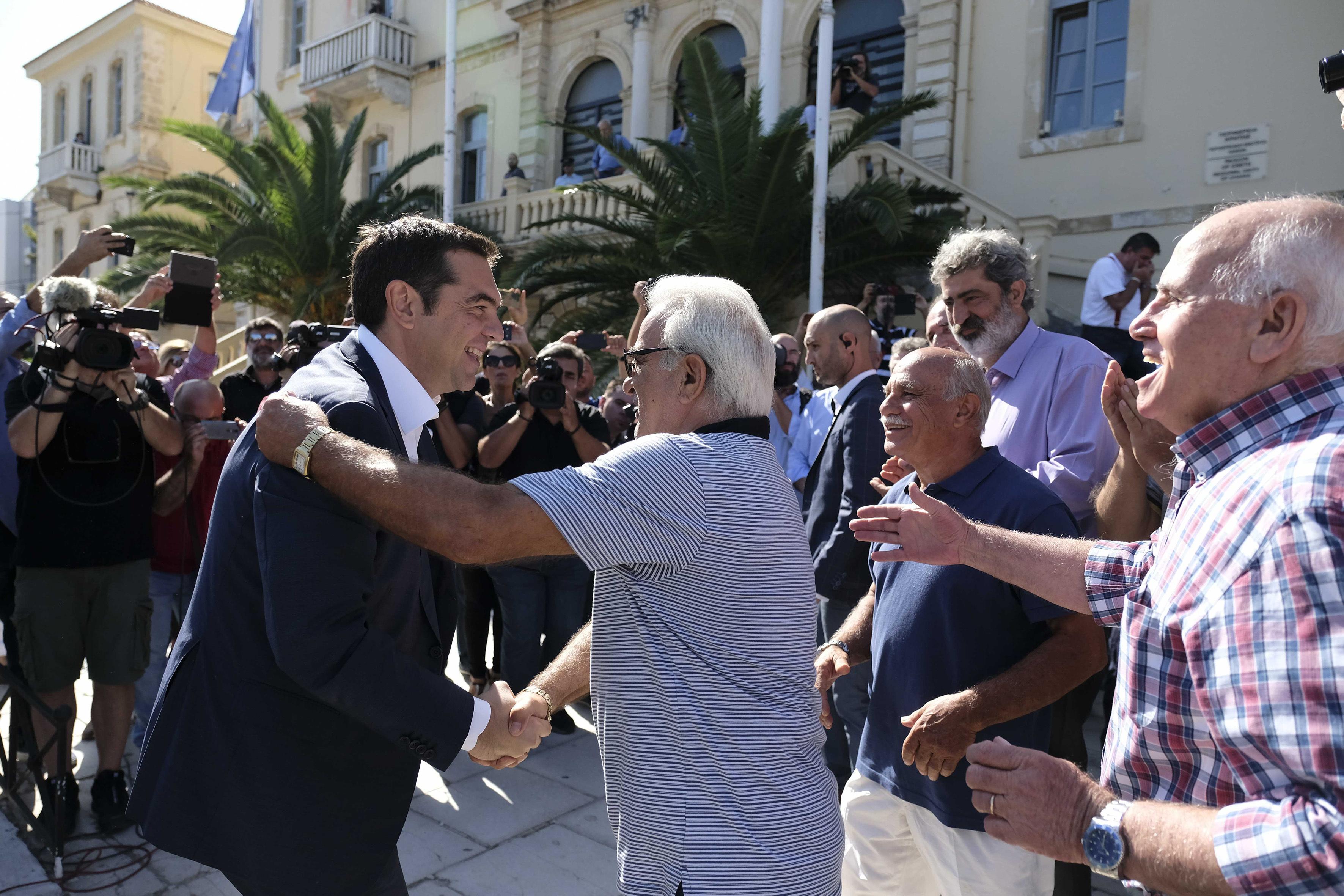 tsipras-meta-ti-lixi-ton-mnimonion-archizoyme-na-pairnoyme-anases-fotografies1