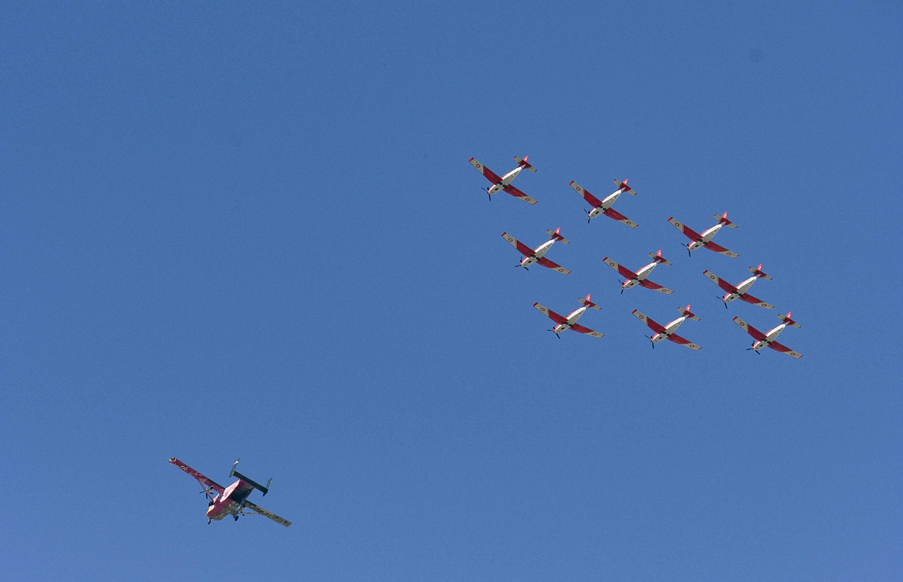 entyposiakes-eikones-me-chamiles-ptiseis-aeroplanon-ston-attiko-oyrano-fotografies5