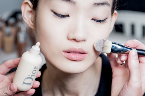 paris-fashion-week-to-beauty-look-toy-dior-itan-empneysmeno-apo-ton-monterno-choro7