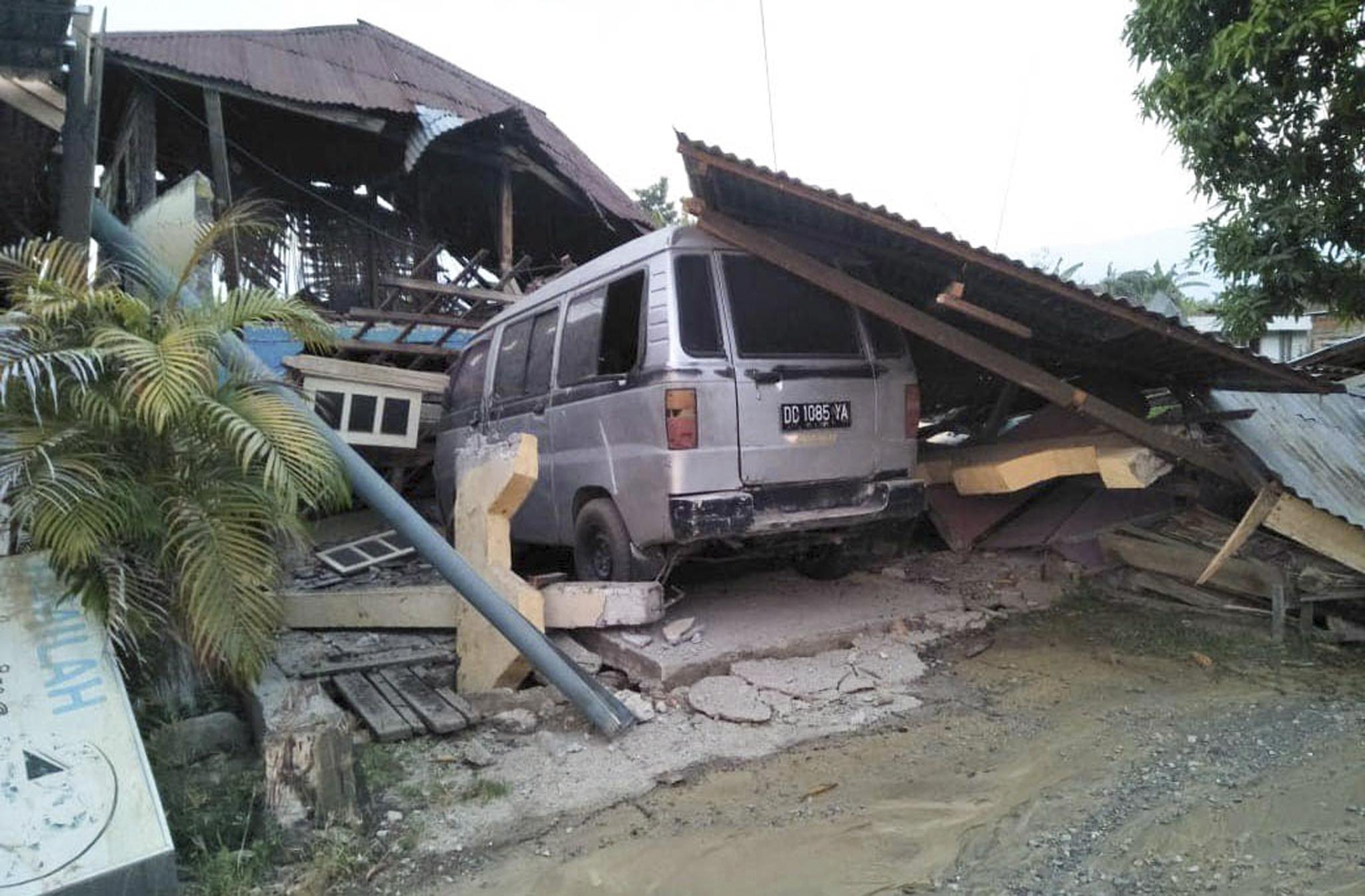 ekatomvi-nekron-stin-indonisia-meta-ton-ischyro-seismo-kai-to-tsoynami-vinteo-fotografies15