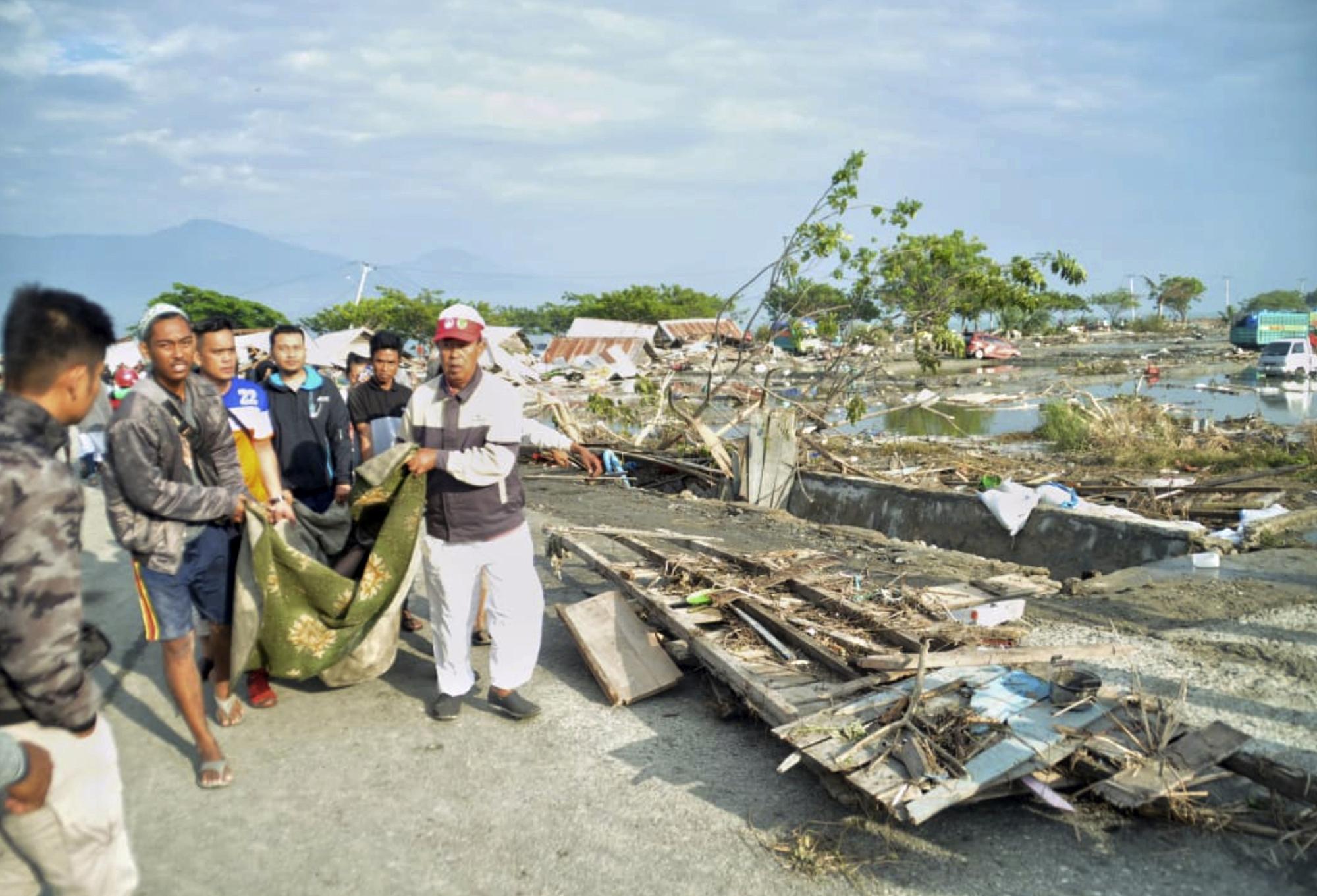 ekatomvi-nekron-stin-indonisia-meta-ton-ischyro-seismo-kai-to-tsoynami-vinteo-fotografies33
