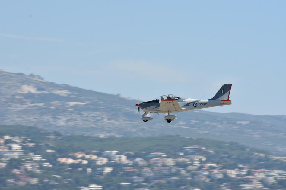 sto-tatoi-to-neo-ekpaideytiko-aeroskafos-p2002jf-tis-polemikis-aeroporias-fotografies1