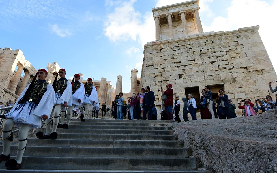 i-teleti-eparsis-tis-simaias-apo-tin-proedriki-froyra-stin-akropoli-fotografies1