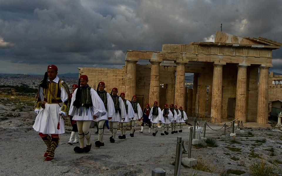 i-teleti-eparsis-tis-simaias-apo-tin-proedriki-froyra-stin-akropoli-fotografies31