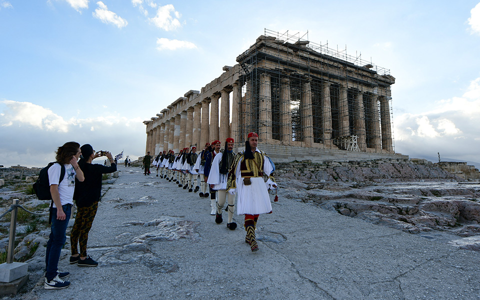 i-teleti-eparsis-tis-simaias-apo-tin-proedriki-froyra-stin-akropoli-fotografies3