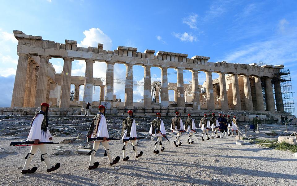 i-teleti-eparsis-tis-simaias-apo-tin-proedriki-froyra-stin-akropoli-fotografies5