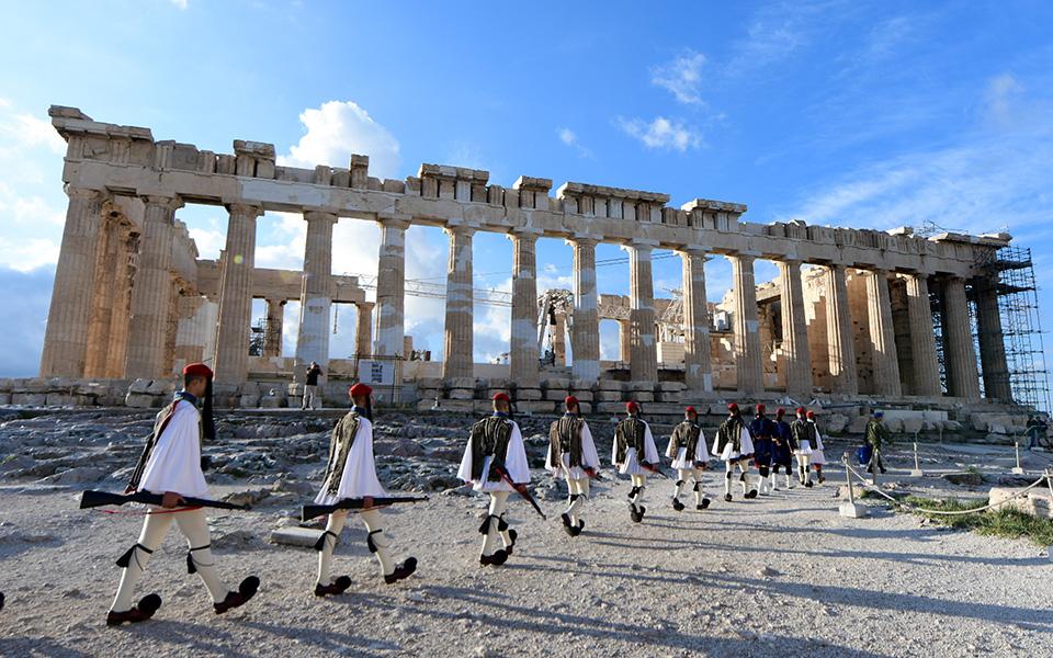 i-teleti-eparsis-tis-simaias-apo-tin-proedriki-froyra-stin-akropoli-fotografies9
