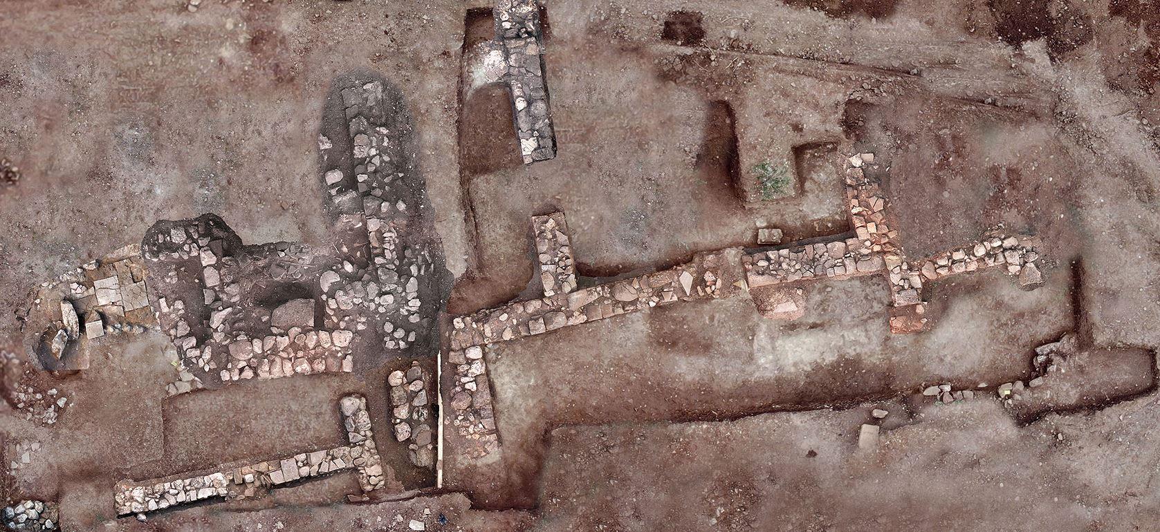 sto-fos-i-archaia-tenea-amp-8211-spoydaia-archaiologika-eyrimata-fotografies5