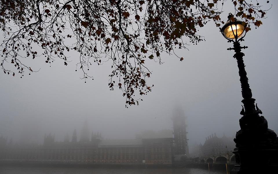 topio-stin-omichli-to-londino-dekades-akyroseis-ptiseon-fotografies0
