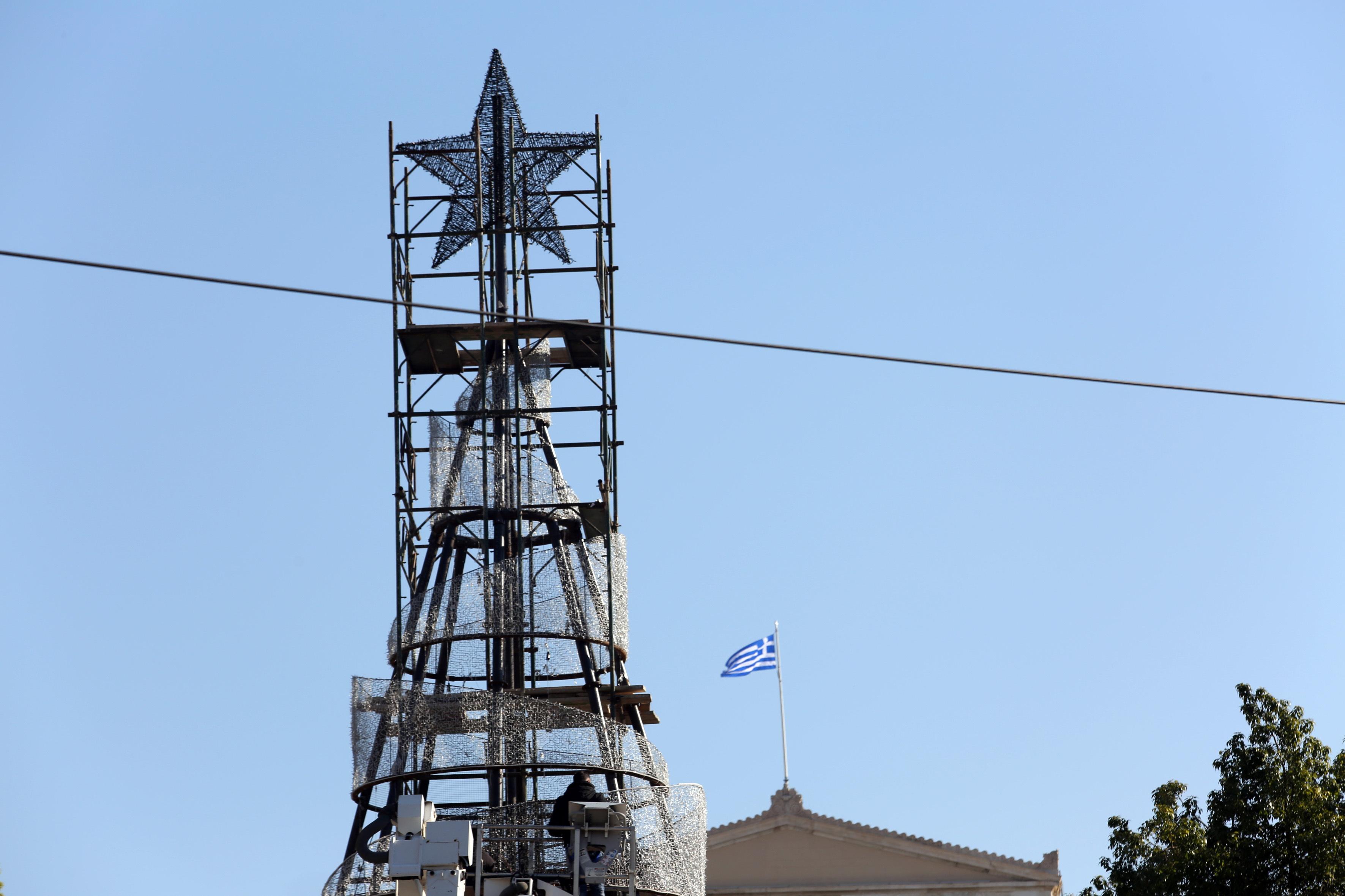 anavei-apopse-to-christoygenniatiko-dentro-sto-syntagma1