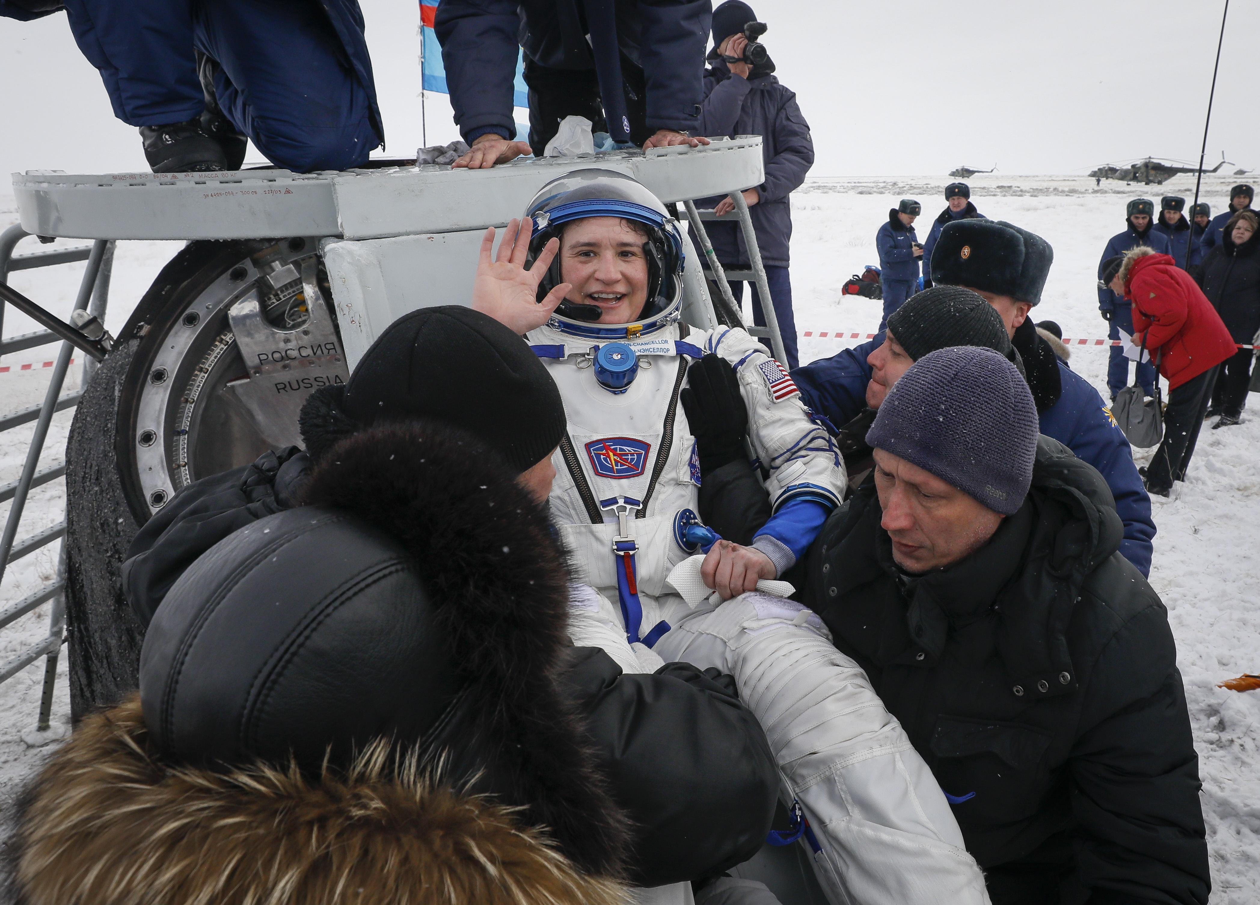 epestrepsan-me-epitychia-sti-gi-dyo-astronaytes-kai-enas-kosmonaytis-apo-ton-iss-fotografies7