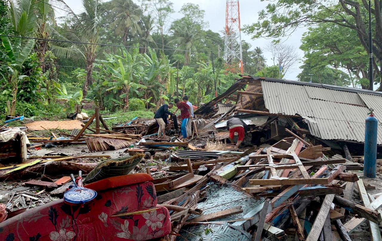 indonisia-xeperasan-toys-220-oi-nekroi-apo-to-tsoynami-meta-tin-ekrixi-ifaisteioy-fotografies-amp-8211-vinteo31