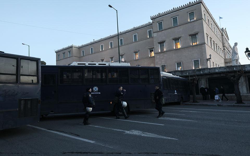 entasi-kai-chimika-sto-syntagma-amp-8211-se-10-syllipseis-kai-133-prosagoges-prochorise-i-elas-fotografies-vinteo23