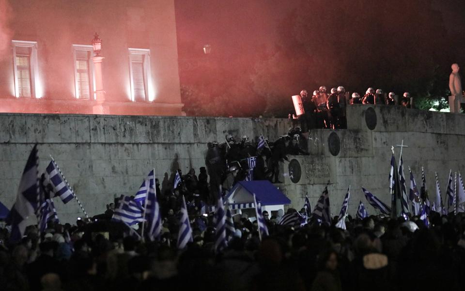 entasi-kai-chimika-sto-syntagma-amp-8211-se-10-syllipseis-kai-133-prosagoges-prochorise-i-elas-fotografies-vinteo3